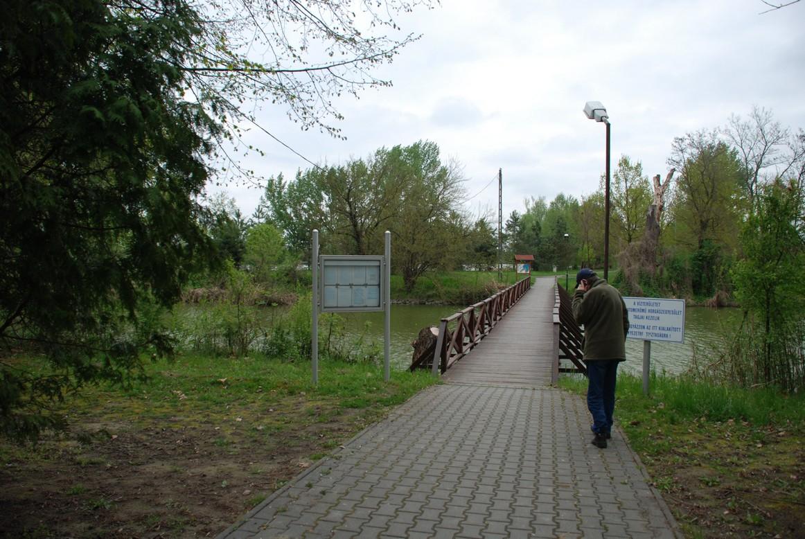 Híd a tavak között